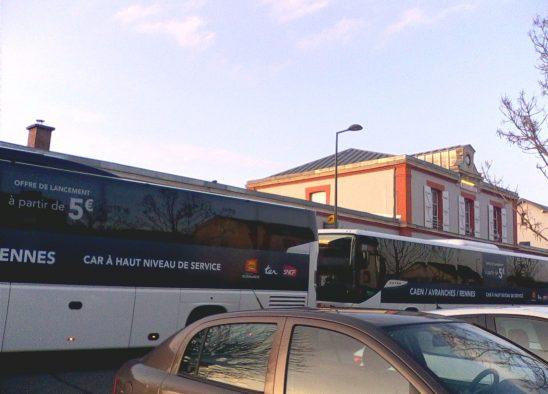 Valses de bus devant la gare d'Avranches ! Archives 2019 l Photos du Collectif citoyen de défense des axes ferroviaires sud Normandie